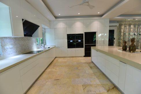 26 Fully fittet ultra modern kitchen