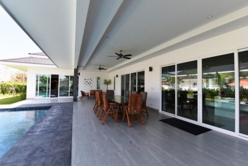 04 Fully furnished covered patio