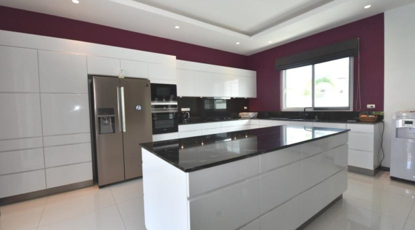 25 Fully fitted design kitchen