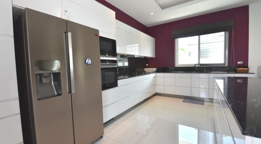 26 Fully fitted design kitchen