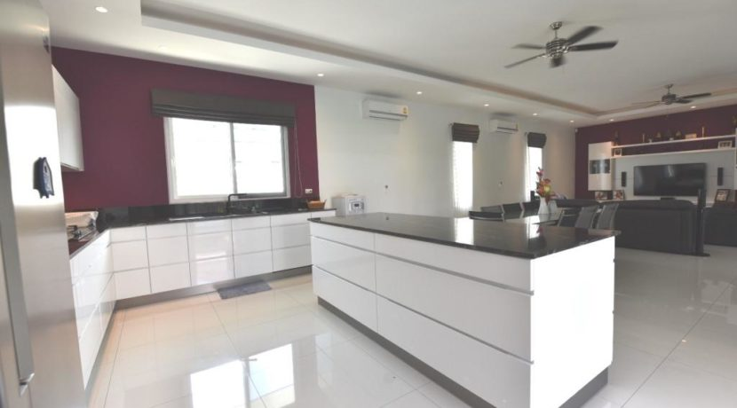 27 Fully fitted design kitchen