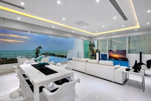 11 Spacious living-dining lounge