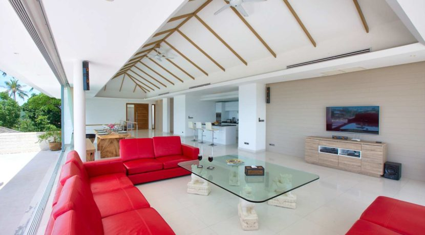 12 Extra spacious living-dining room