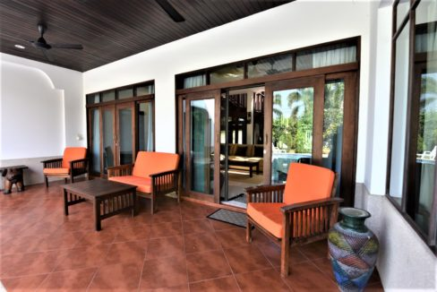 04 Covered furnished terrace