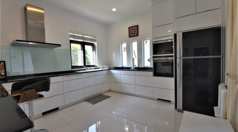 22 Fully fitted modern kitchen