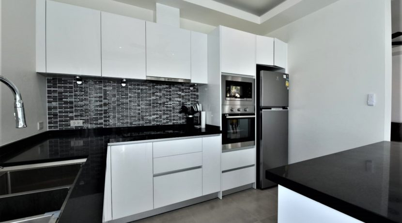 25 Fully fitted modern kitchen 2