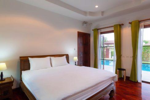 40 Large bedroom2