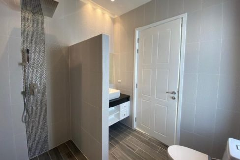 45 Ensuite bathroom2