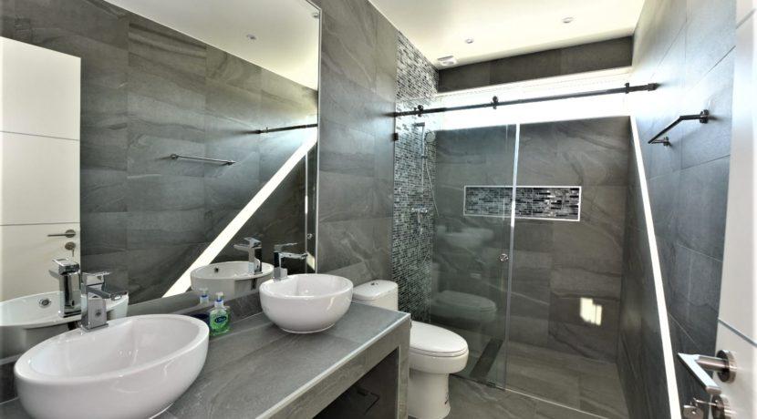 60 Shared bathroom 2