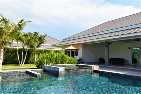05 Pool with wetdeck and jacuzzi
