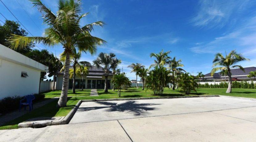 83 Large Communal lawn