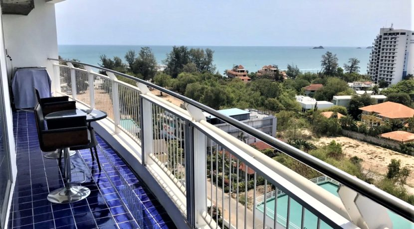 18 Large balcony with stunning seaview