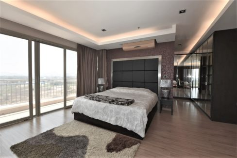 30 Spacious master bedroom