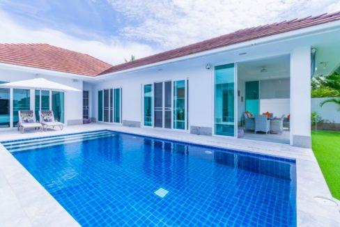 02 Large enclosed pool area