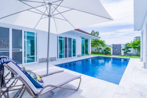 03 Large enclosed pool area