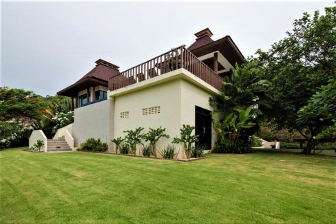 03 Villa elevated for views to sea and mountain