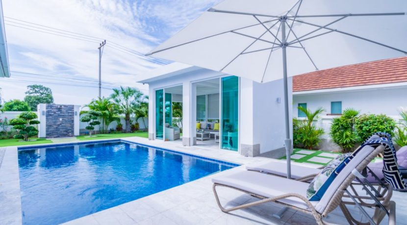 04 Large enclosed pool area