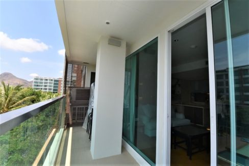 13 Large balcony with garden an pool view