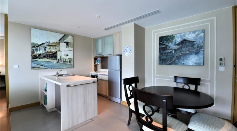 21 Fully fitted open kitchen