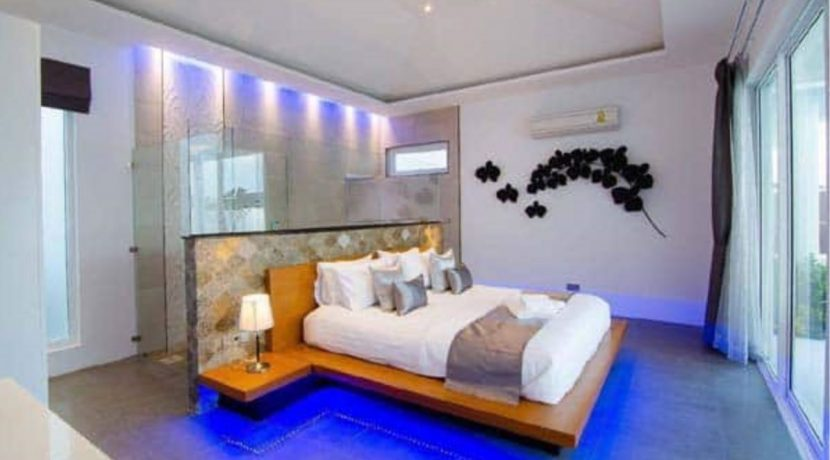 31 Spacious master bedroom-bathroom