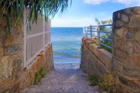 84 Nearby beach access