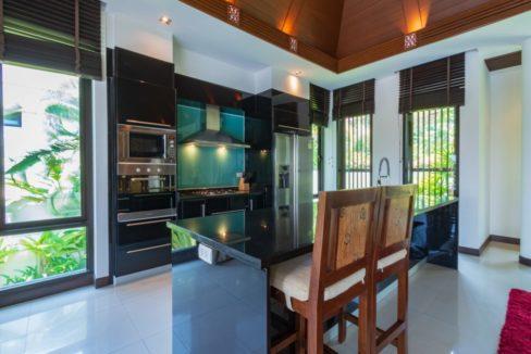25 Kitchen dining isle