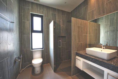45 Ensuite bathroom #2 (Shared guest washroom)