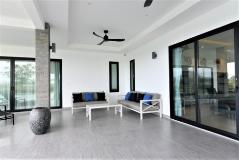08 Fully covered furnished terrace