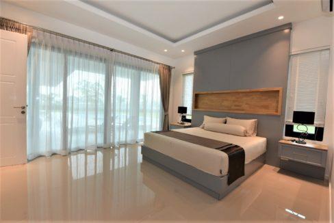 33 Spacious master bedroom