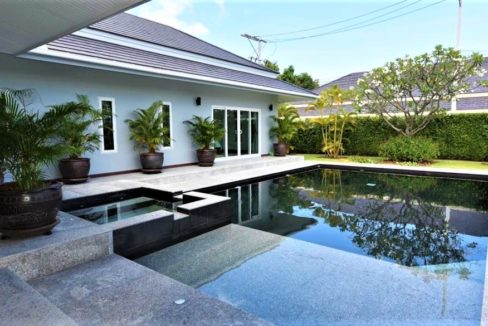02 Large swimming pool with jacuzzi