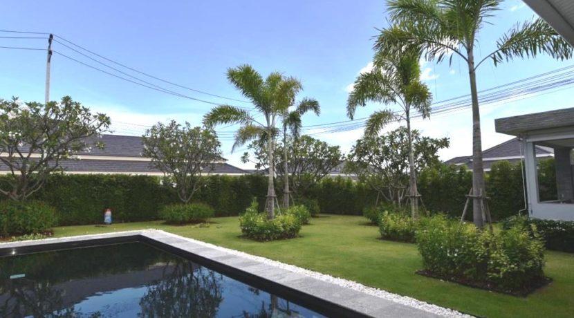 03 Beautifull landscaped garden