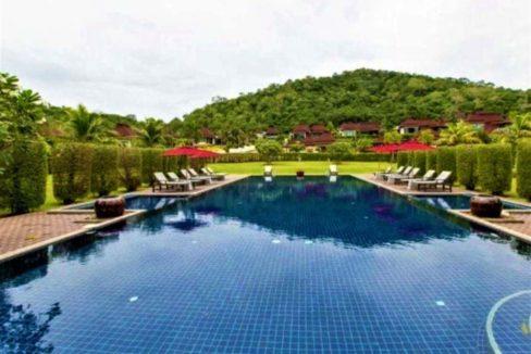 91 Panorama communal pool