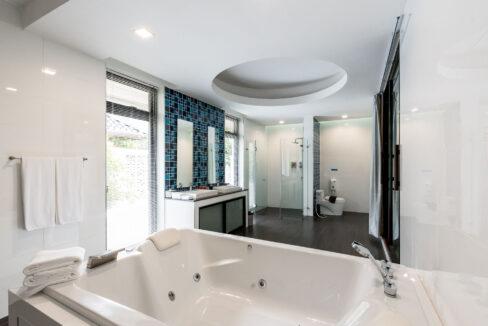 P4#45 Large bathroom#56 (Shared)