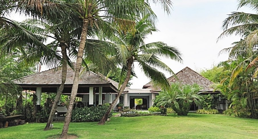 Absolute Beachfront 4-Bed Pool Villa in North Cha-am