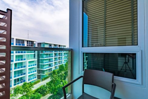 13 Large balcony with pool view