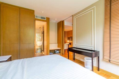 32 Spacious bedroom