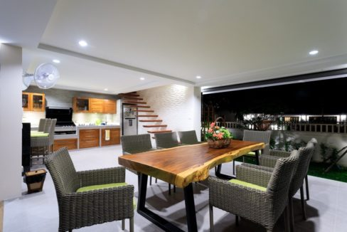 08A Fully fitted BBQ dining area