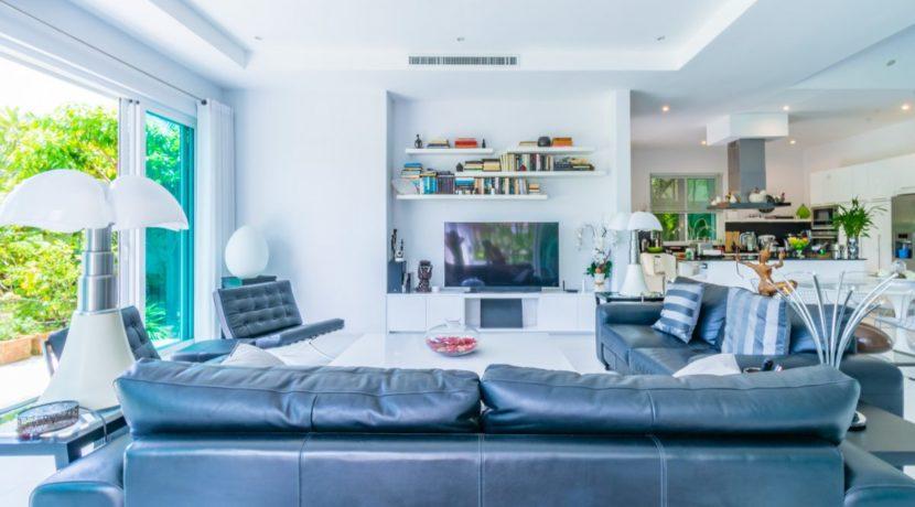 12 Spacious living-dining lounge