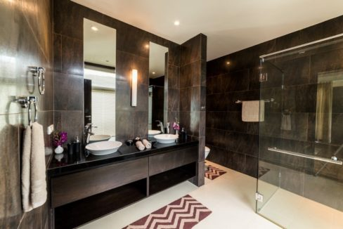 135 Ensuite master bathroom (Villa A)