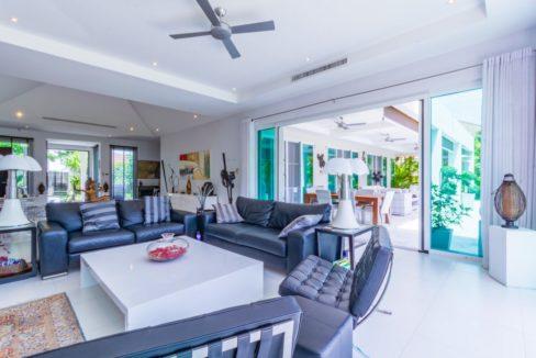 14 Spacious living-dining lounge