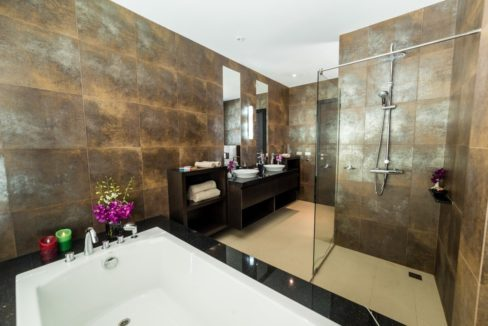 235 Ensuite master bathroom (Villa )