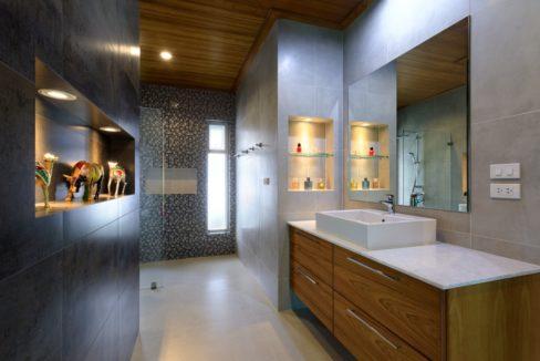 35 Ensute master bathroom