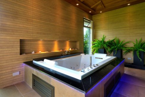 36 Ensute master bathroom