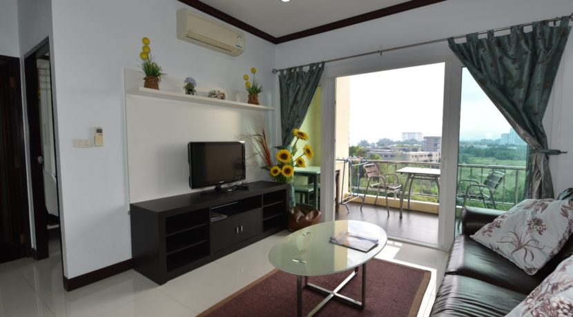 51 Large living room with exit to balcony (1-Bed unit)