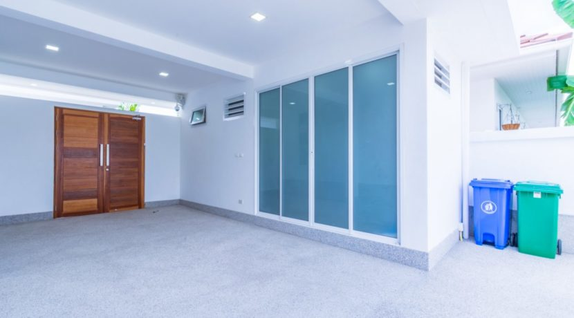 60 Covered carpark and utility room