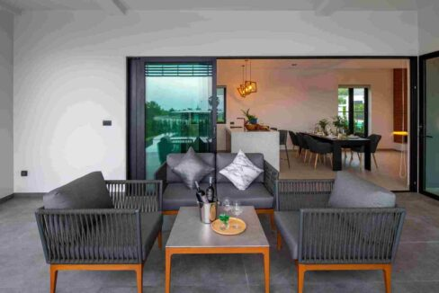 06 Covered furnished terrace