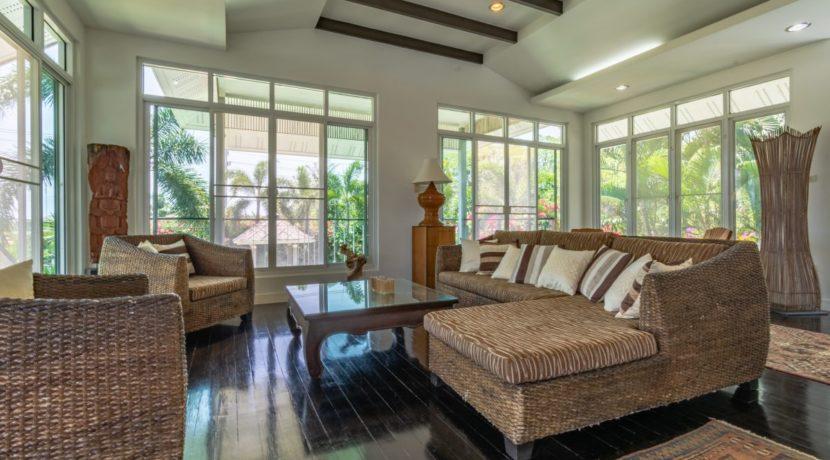 11 Spacious living lounge