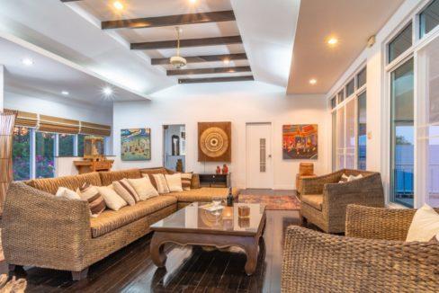 13 Spacious living lounge