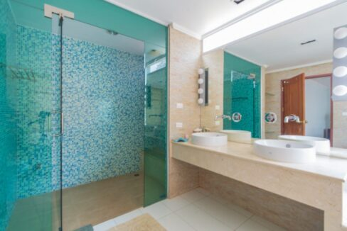 35 Ensuite master batroom