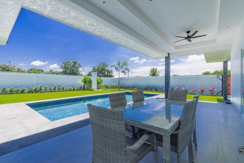 04 Spacious shaded terrace